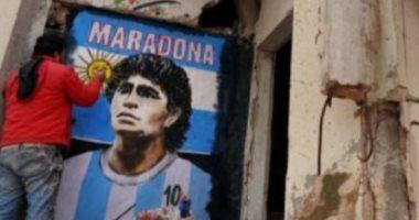 العالم حزين على وداعه.. رسام سوري يخلد ذكرى مارادونا على مبنى مدمر فى إدلب