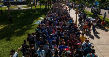 حشود غفيرة أمام القصر الرئاسي الأرجنتيني لتوديع الأسطورة مارادونا.. فيديو وصور