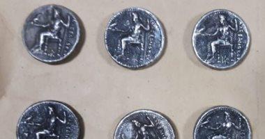 ضبط عملات معدنية تعود لعصر الإسكندر الأكبر قبل تهريبها .. صور