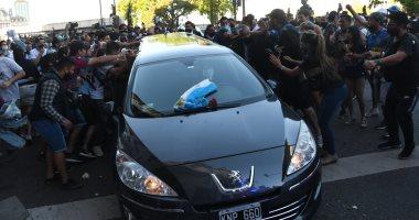 شاهد.. وداع الجماهير لجثمان الأسطورة مارادونا لمثواه الأخير.. فيديو وصور