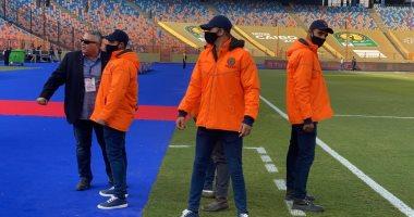رجال الأمن ينتشرون باستاد القاهرة لتأمين أرض الملعب وممر اللاعبين..صور