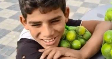 """طفل """"الليمون"""" عزيز النفس.. يعول أشقائه ويرفض المساعدة (فيديو)"""