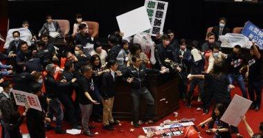 اشتباك بالأيدى وقذف أمعاء خنازير خلال شجار داخل البرلمان التایوانى.. صور