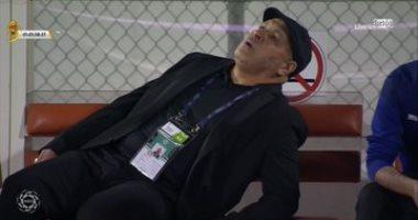 مدرب ضمك يثير الرعب خلال لقاء الشباب بالدوري السعودي بعد إغمائه.. فيديو