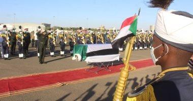 جثمان الصادق المهدى زعيم حزب الأمة السودانى يوارى الثرى.. صور