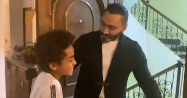 تامر حسنى يفاجئ طفلا من عشاقه بالزيارة فى منزله احتفالا بعيد ميلاده.. فيديو