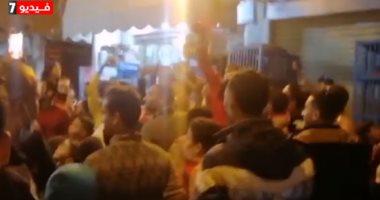 الروح الرياضية.. جمهور الأهلى يدعم أوباما لاعب الزمالك أمام منزله.. فيديو