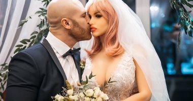 لاعب كمال أجسام كازاخستانى يحتفل بزواجه من دمية وينشر صورا من الحفل.. فيديو