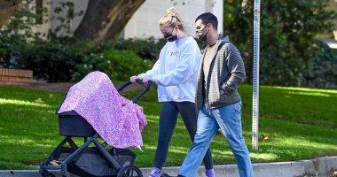 """جولة عائلية جديدة لـ صوفى تيرنر مع زوجها جو جوناس وابنتهما """"ويلا"""".. صور"""