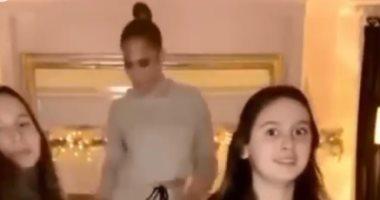 جينيفر لوبيز تحصد لقب زوجة الأب المثالية بسبب رقصها مع بنات اليكس رودريجيز ..فيديو