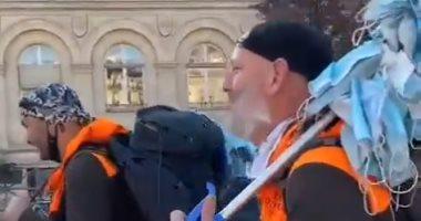 فرنسيان يسيران 800 كيلو متر من مرسيليا لباريس لجمع الكمامات بالشوارع.. فيديو