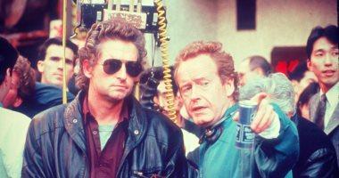 مايكل دوجلاس يهنئ صديقه المخرج ريدلى سكوت بصورة من فيلمهما فى 1989