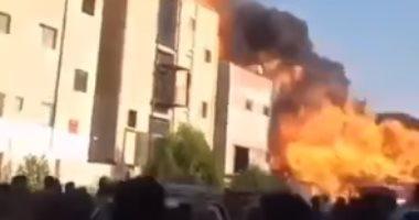 لحظة انفجار تنك داخل مصنع تنر بالعاشر من رمضان يتسبب فى إصابة 17 شخصا.. فيديو