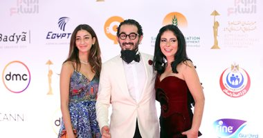 أحمد حلمى ومنى زكى وابنتهما لى لى على السجادة الحمراء بافتتاح مهرجان القاهرة