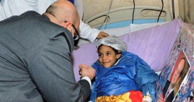 """محافظ بنى سويف يسلم الطفلة """"شروق"""" هدية نيابة عن الرئيس السيسى.. صور"""