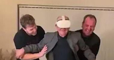 عجوز بريطانى يستخدم نظارة الواقع الافتراضى لأول مرة.. شاهد رد فعله