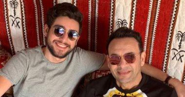 السعودية نيوز |                                              مصطفى قمر يشارك جمهوره صورة عائلية مع ابنه تيام: قعدة عربي مع تيمو