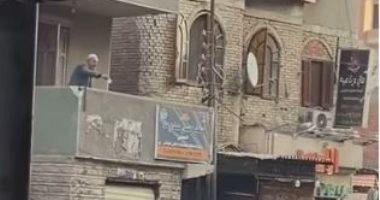 السعودية نيوز |                                              فيديو لمواطن يُلقى أموال من بلكونة منزله يثير تفاعلا كبيرا على السوشيال ميديا