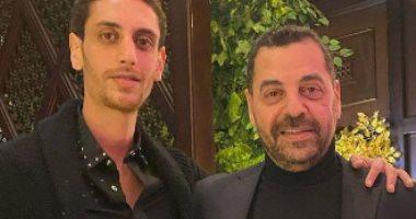 طارق العريان فى صورة مع ابنه عمر ومتابعيه : ابنك ولا أخوك