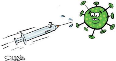 السعودية نيوز |                                              فيروس كورونا يهرب فور رؤية اللقاح فى سرنجة فى كاريكاتير سعودى