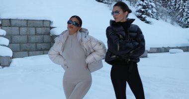 السعودية نيوز |                                              كايلي جينر تخضع لجلسة تصويرية بصحبة شقيقتها كيندال وسط الثلوج.. صور