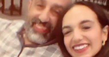 السعودية نيوز |                                              أحمد صيام وابنته بسنت يهنئان جمهورهما بالعام الجديد بطريقة طريفة.. فيديو