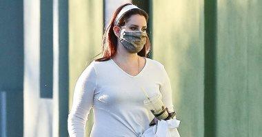 لانا ديل رى تستمتع بنزهة فردية فى لوس أنجلوس بعد تعافيها من إصابة بيدها اليسرى.. صور