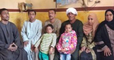 4 أشقاء يتحدون الإعاقة البصرية ببيع أدوات منزلية بشوارع قنا.. فيديو