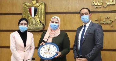 السعودية نيوز |                                              متطوعة بصندوق مكافحة الإدمان تهدى وزيرة التضامن ساعة حائط من صنع أهالى الأسمرات