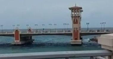 شتاء الإسكندرية يعود من جديد.. رياح وغيوم كثيفة وطقس غير مستقر.. فيديو