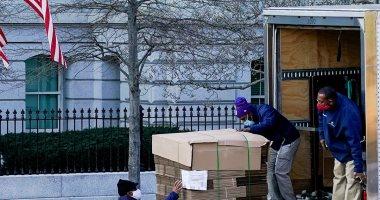 العمال يحملون الصناديق للبيت الأبيض