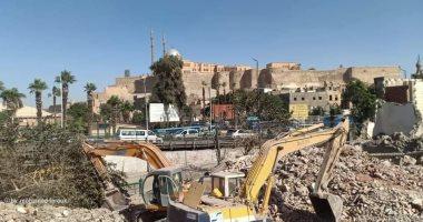 محافظة القاهرة تزيل 47 عقاراً عشوائياً من ميدان السيدة عائشة.. صور