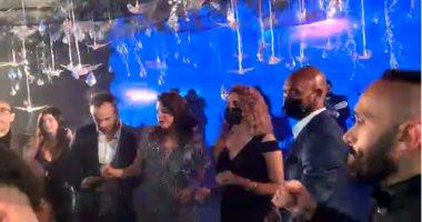 """شيكابالا يرقص مع حماقى على """"أحلى حاجة فيكى"""" في حفل زفاف نادر حمدى.. فيديو"""