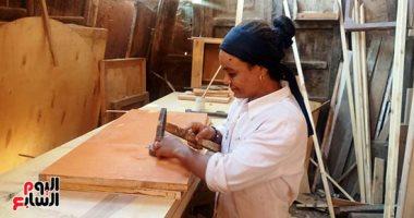 """موبيليا الأيدى الناعمة.. الأسطى ماجدة تروض قسوة الخشب بـ""""الحنية والصنعة"""" فى بنى سويف.. ماجدة: أعمل فى ورشة إخواتى واكتسبت المهنة طيلة 20 عاما.. أستطيع معرفة الخشب السليم من المضروب.. وأحلم بورشة خاصة لى وحدى"""