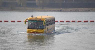 حافلة تسير فى الماء واليابسة لحل أزمات التكدس المرورى بالصين.. صور