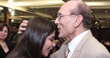 محمد صبحى يُقبل رأس النجمة منى زكى: مع تلميذتى