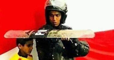 حقيقة صورة المجند والطفل والمطر فى مباراة كرة قدم