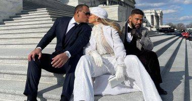 السعودية نيوز |                                               قبلات من جينيفر لوبيز لخطيبها فى جلسة تصوير أمام البيت الأبيض