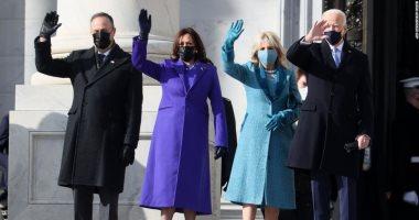 """""""وراء كل تنصيب.. ترزى"""".. مصممو الأزياء بأمريكا يقدمون أجمل الإطلالات بحفل تنصيب بايدن.. الرئيس الأمريكى وزوج نائبته بأزياء """"رالف لورين"""".. ومجوهرات السيدة الأولى من """"ماركة"""" ناشئة.. وليدى جاجا بفستان لـ""""روزبيري"""""""