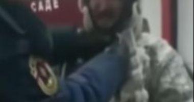 رجل إطفاء روسى يعجز عن خلع ملابسه لتجمدها بعد السيطرة على حريق.. فيديو