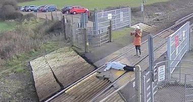 بريطانية تخاطر بحياتها من أجل صورة سيلفى على قضبان قطار.. فيديو وصور