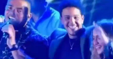 عمرو دياب يحتفل بظهور كنزى وعبد الله بحفلاته بأعمار مختلفة × فيديو واحد