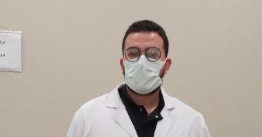 ننشر صورة أول طبيب يحصل على لقاح كورونا بمستشفى عزل أبو خليفة