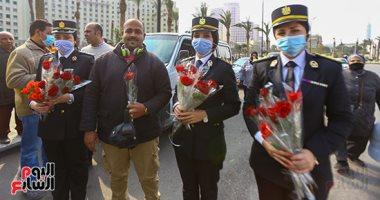 الداخلية توزع ورودا وهدايا على المواطنين بميدان التحرير في عيد الشرطة.. فيديو وصور