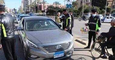 ضباط الشرطة ببورسعيد يوزعون الورود على المواطنين احتفالا بعيد الشرطة