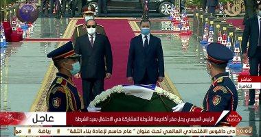 الرئيس يضع اكليل من الزهور على النصب التذكاري