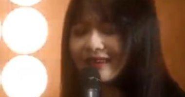 """فتاة صينية تغنى """"انت ايه"""" لـ نانسى عجرم بأداء رائع.. فيديو"""