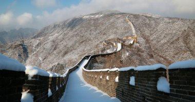 التنين الأصفر باللون الأبيض.. الثلوج تزين سور الصين العظيم