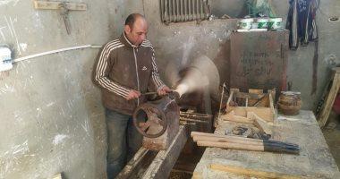 """""""عماد"""" نجار سيناوى إيده تتلف بحرير.. يصنع مشغولات تراثية من الخشب الخام.. صور"""