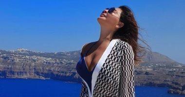 إليسا تخطف الأنظار على شواطئ اليونان: صورة جديدة فى ليلة باردة